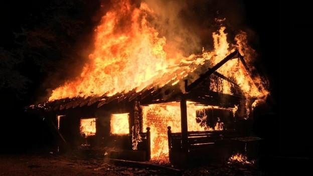 In der Nacht von Freitag auf Samstag brannte die Waldhütte in Merenschwand komplett nieder.