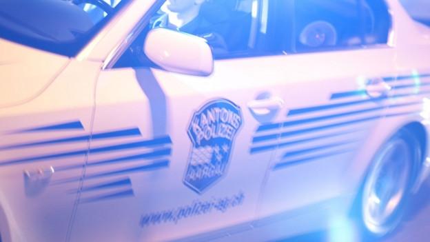 Ein Streifenwagen der Kantonspolizei Aargau mit Blaulicht.