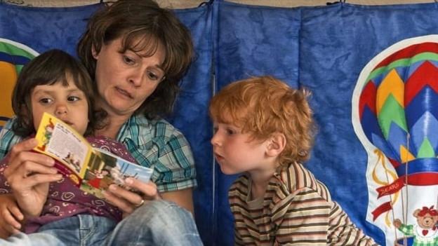 Wer fremde Kinder für 16 oder mehr Stunden pro Woche bei sich zu Hause betreut, muss dies beim Kanton melden.