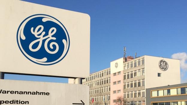 Ein Firmenschild von GE in Oberentfelden.