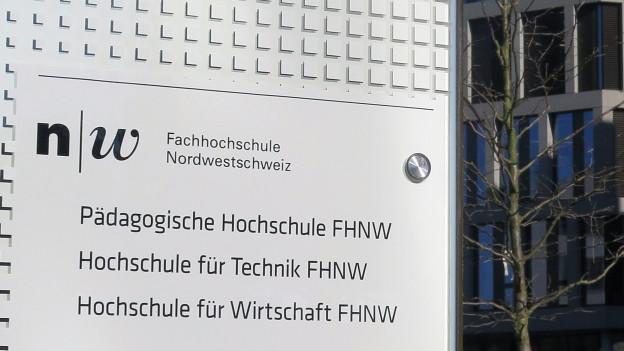 Eine Informationstafel an der Fachhochschule Nordwestschweiz in Brugg-Windisch