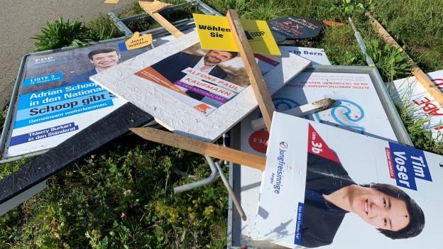 Wahlplakate auf einem Haufen