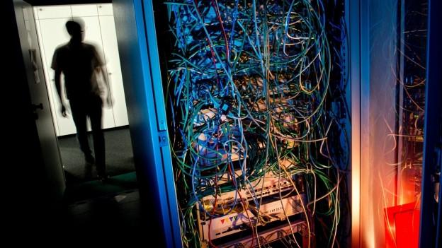 Dunkler Computerraum.
