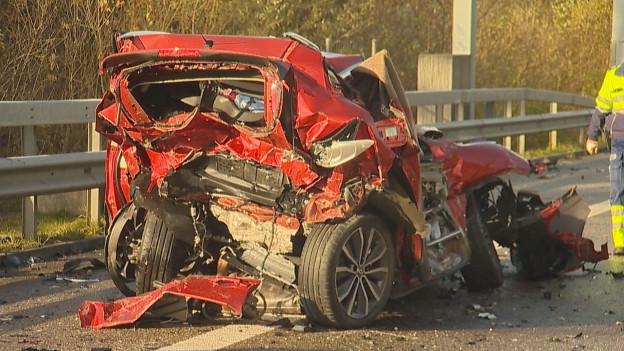 Das Auto wurde von hinten erfasst und in einen Lastwagen gedrückt. Alle drei Insassen sind gestorben.