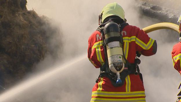 Feuerwehrmann am Löschen