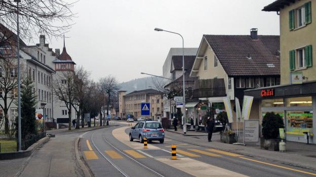 Die Hauptstrasse in der Gemeinde Suhr.