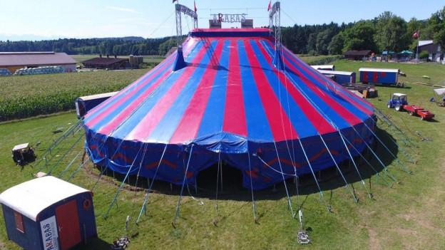 Das Zelt des Zirkus Arabas auf der Wiese in Zufikon.