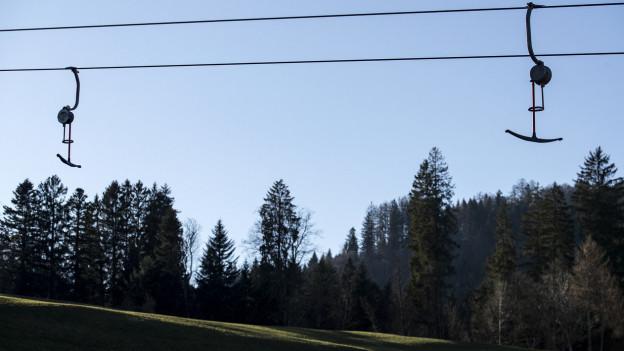 Skiliftbügel ohne Schnee.