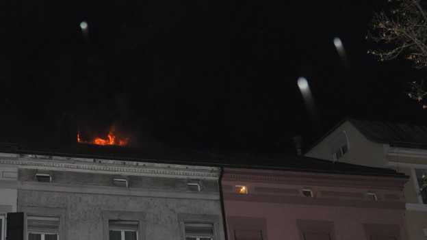 Aufnahme des brennenden Dachstockes von der Strasse her.