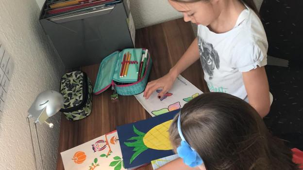 Die Familie Howald aus Messen SO kauft für die älteren Nachbarn ein. Die Töchter legen selbstgemalte Zeichnungen in die Einkaufstasche.