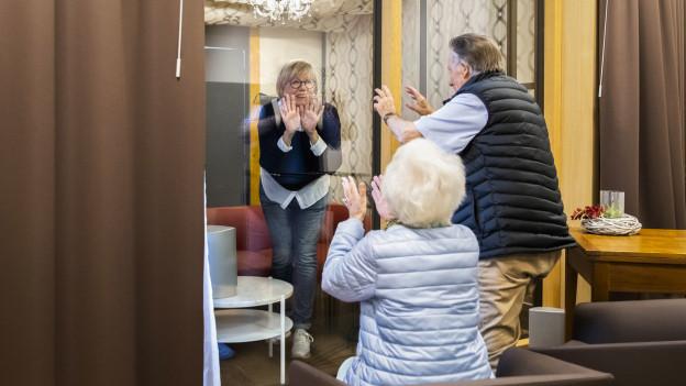 In Aargauer Pflegeheimen sind ab 11. Mai wieder richtige Besuche ohne Glasscheibe möglich.