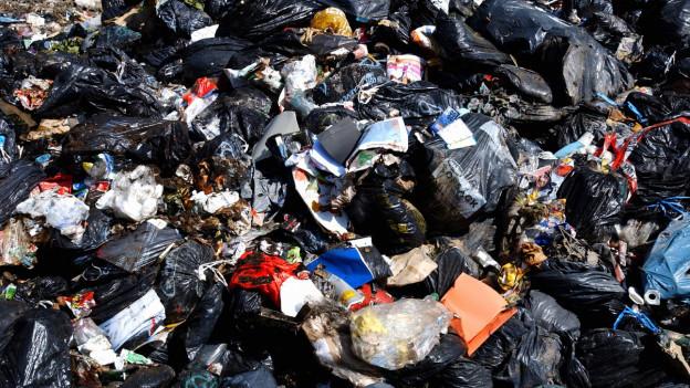 Abfall auf einer Deponie.