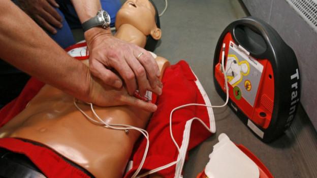 Auch im Aargau soll es speziell ausgebildete Laien geben, die bei Herznotfällen helfen können, fordern Politiker.