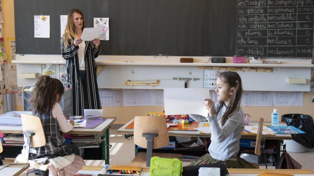 Eine Lehrerin im Klassenzimmer