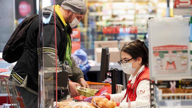 In Deutschland gilt fürs Einkaufen eine Maskentragepflicht, für Schweizer eine ungewohnte Erfahrung.