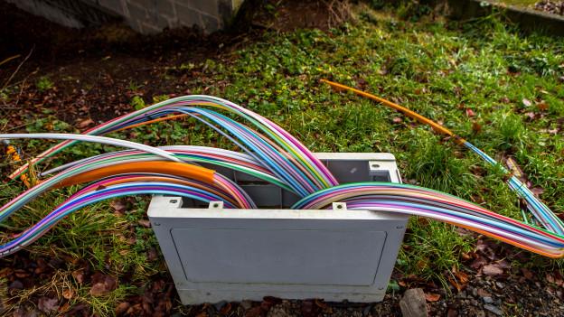Kabel ragen aus einem Schacht heraus