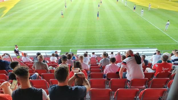 140 Zuschauerinnen und Zuschauer im Aarauer Brügglifeld: Die Fans waren geteilter Meinung, ob das nun Vorteile hat oder nur Nachteile.