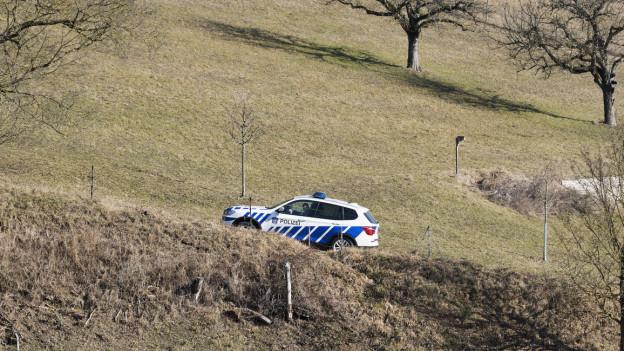 Polizeifahrzeug in ländlicher Umgebung