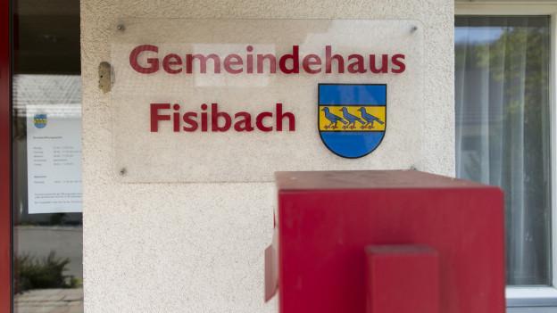 Briefkasten und Türe zu Gemeindehaus Fisibach