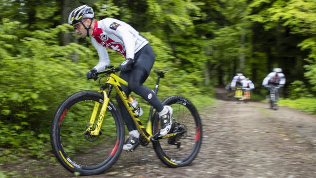 Mountain Biker Nino Schurter beim Training im Wald