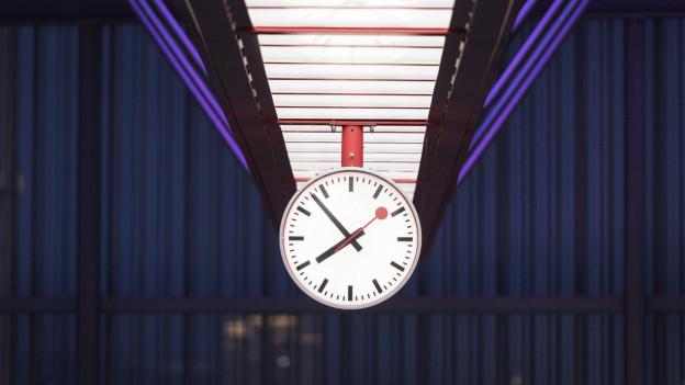 Bahnhofsuhr in der Nacht