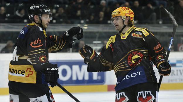Mark Streit (links) ist einer der NHL-Stars SC Bern. Hier bei einem Spiel am 30. November 2012 in Bern.