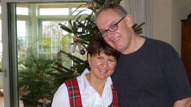 Daniel Spichiger und Phoebe Fuller im weihnächtlich geschmückten Zuhause.