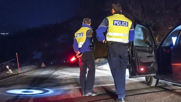 Polizisten riegeln die Zufahrt zum Weiler Daillon bei Conthey ab.