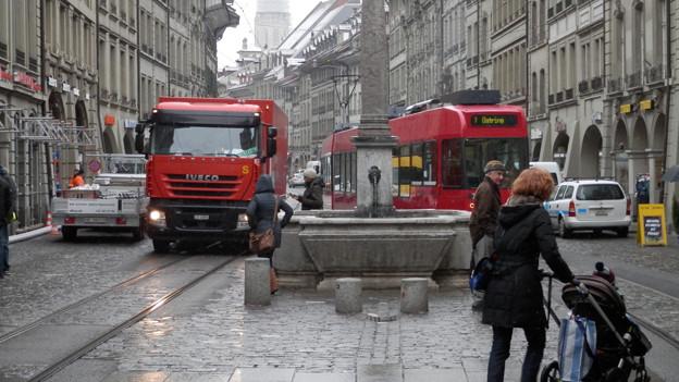 Lastwagen und Trams haben dem Belag und den Gleisen in der Berner Marktgasse zugesetzt.