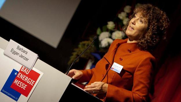 Die Berner Verkehrsdirektorin Barbara Egger legt dem Kantonsparlament die Ausbauprojekte im öffentlichen Verkehr vor.