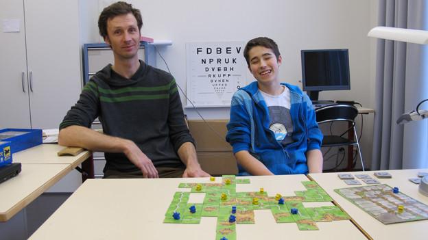 Lehrer Matthias Rackel mit Schüler Kevin im Einzelunterricht.