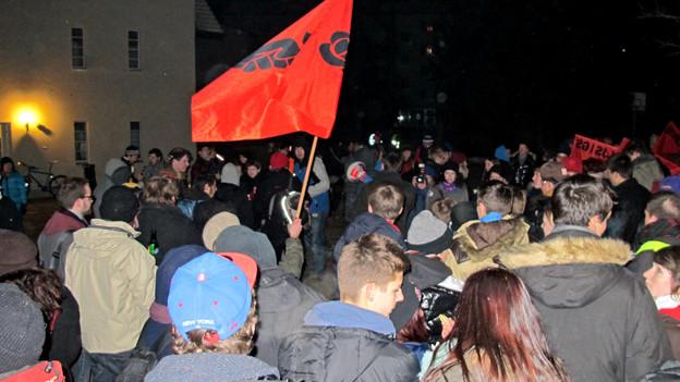 In Kehrsatz demonstrierten am Freitagabend über 100 Personen gegen den neuen Jugendschutz-Artikel.