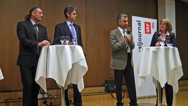 Oskar Freysinger (ganz links) und Christian Varone wurden von Luzius Theler (Walliser Bote) und Priska Dellberg (SRF) befragt.