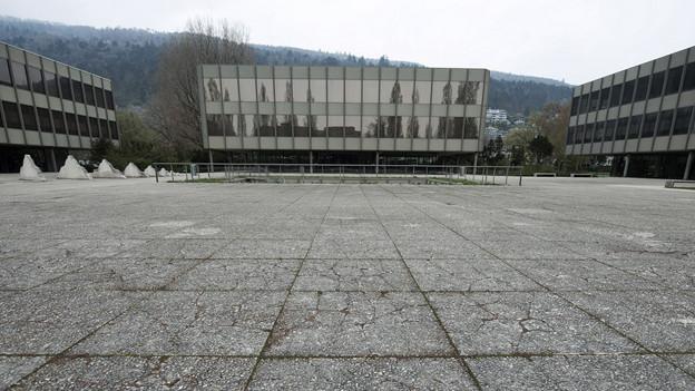 Für die Sanierung des Gymnasiums Strandboden die Ferien verschieben? Ein Beispiel für einen kulturellen Unterschied.