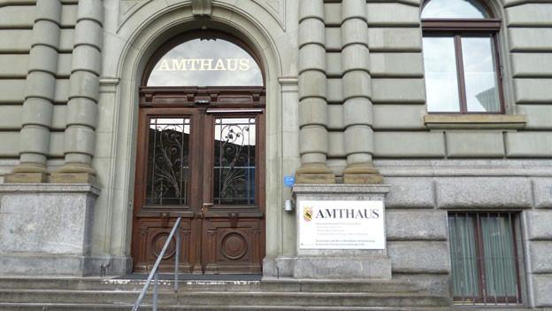 Im Berner Amtshaus findet der Prozess gegen den selbsternannten Heiler statt. Er soll 16 Menschen mit HIV angesteckt haben.