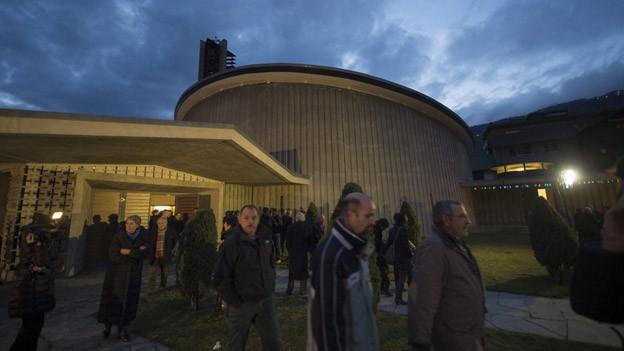 Teilnehmer der Gedenkfeier verlassen meist schweigend die Kirche in Siders.