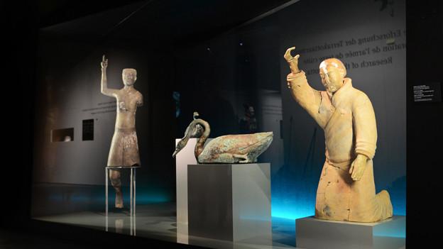 Der «Akrobat» (links) und der «kniende Musiker» aus Terrakotta.