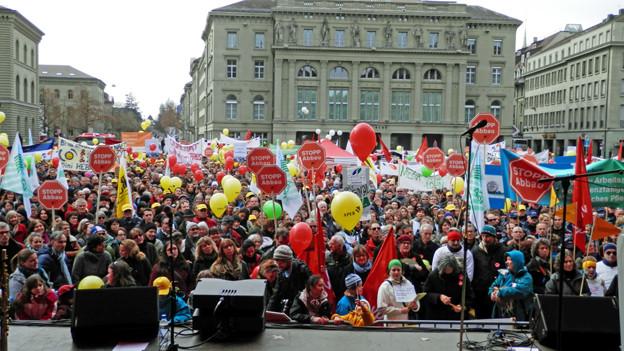 «Stopp Abbau» skandierten tausende Kantonsangestellte auf dem Bundesplatz.