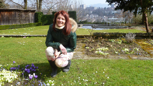 Eva Bruhin in ihrem alten Garten in Bern.