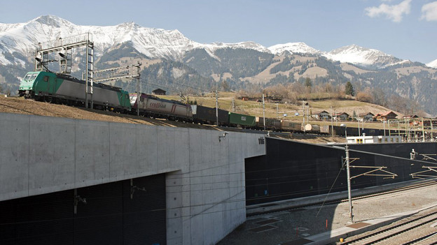 Güterzug fährt nach Kandersteg, darunter den Lötschberg Basistunnel in Frutigen.