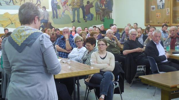 Gemeindepräsidentin Antje Burri (stehend) hatte einen schweren Stand.