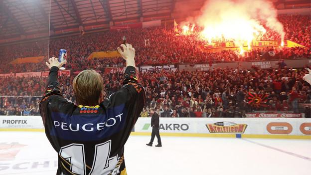 Flurin Randegger vor der «Wand» der SCB-Fans.
