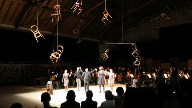 Applaus für die Anti-Oper Neither in der grossen Halle der Berner Reitschule.