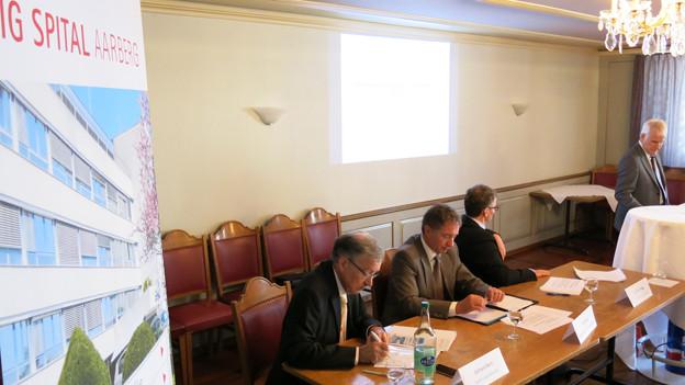 Sie wehren sich für ihr Spital Aarberg (v.l.): Gerhard Burri (Regierungsstatthalter), Urs Kuhn (Radelfingen), Andreas Hegg (Lyss) und Fritz Affolter (Aarberg).