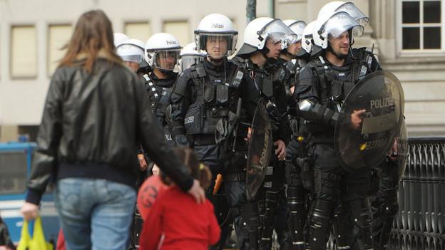Ruhe dank Nulltoleranz: Polizisten überwachen den Demonstrationszug am 1. Mai 2013 in Zürich.