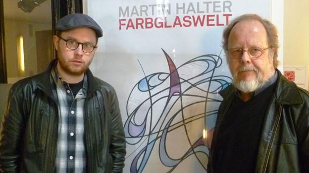 Sohn Jürg Halter und Vater Martin Halter vor dem Plakat der Ausstellung im Kornhaus Bern.