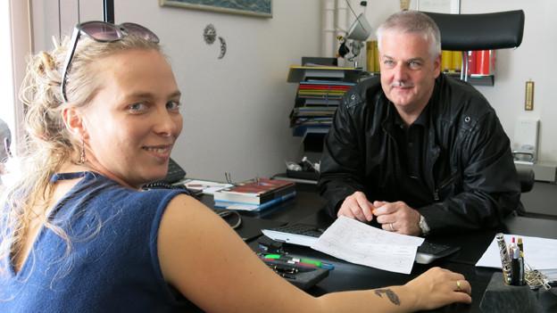 Regisseurin Nina Gühlstorff und Fremdenpolizeichef Alexander Ott in seinem Büro.