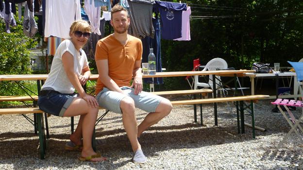 Hausbewohnerin Brigitte Boess trifft in ihrem Hinterhof Konzertveranstalter Patrik Zeller