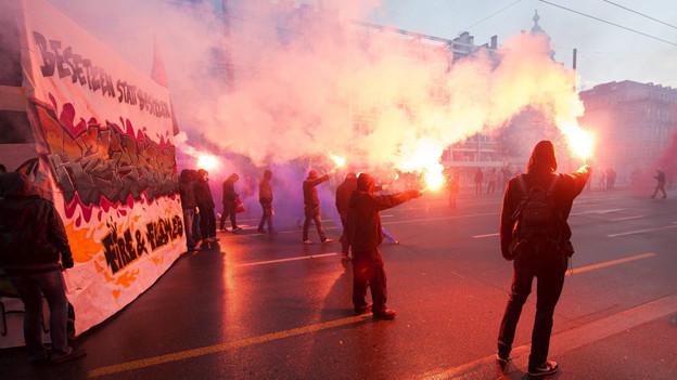 Nach der ausgearteten Berner Tanznacht die Aufarbeitung: Polizei stellt Chaoten-Bilder ins Internet.