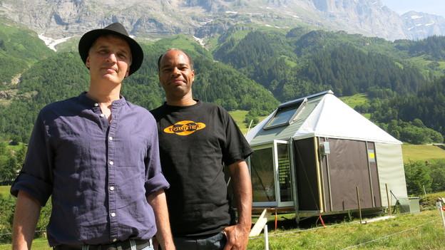 Initiant Matthias Hehl und Projetkleiter Kenneth Domfe vor dem Rohbau ihrer zweiten Berglodge abseits des Dorfs Gadmen.